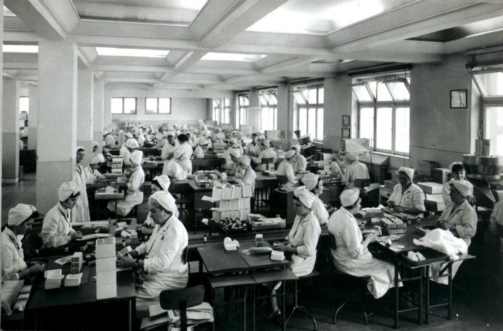 Kézi csomagolás, ellenőrzés régen (fotó: Richter Archívum)